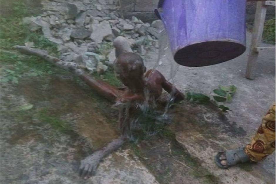 Los rescatistas bañaron al pequeño tras ser liberado de las paredes. (Foto: Channels TV)