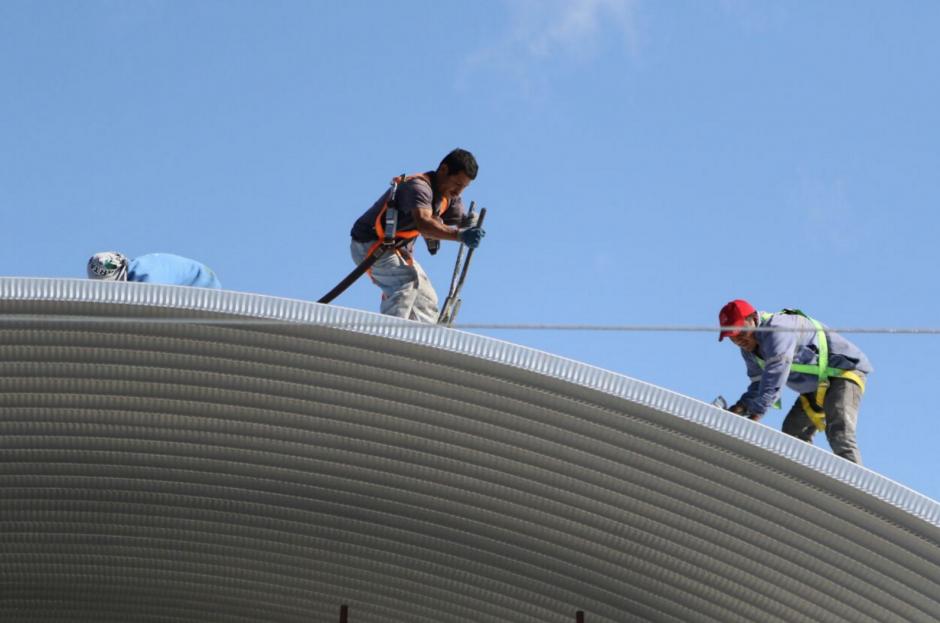 Durante los discursos de las autoridades, los trabajadores continuaban sus labores. (Foto: Alejandro Balán/Soy502)