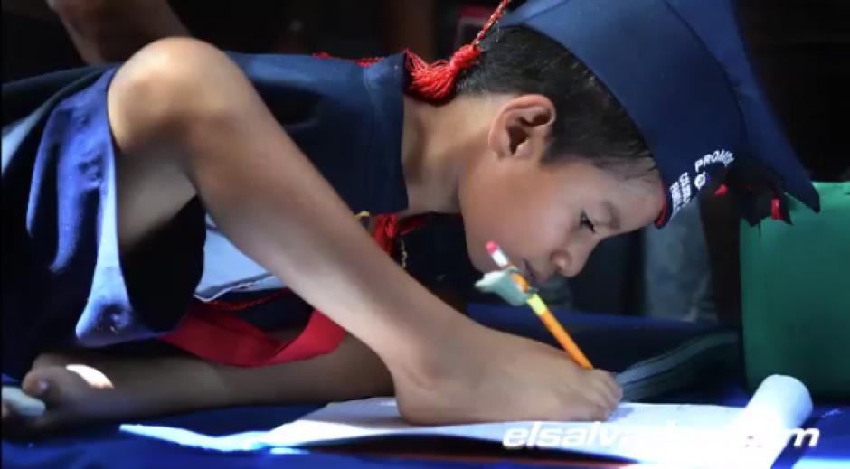 En la escuela tiene un promedio alto y su clase favorita es el inglés. (Foto: El Salvador.com)