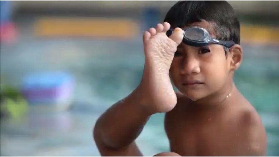 Andy empezó hace poco a tomar clases de natación. (Foto: El Salvador.com)