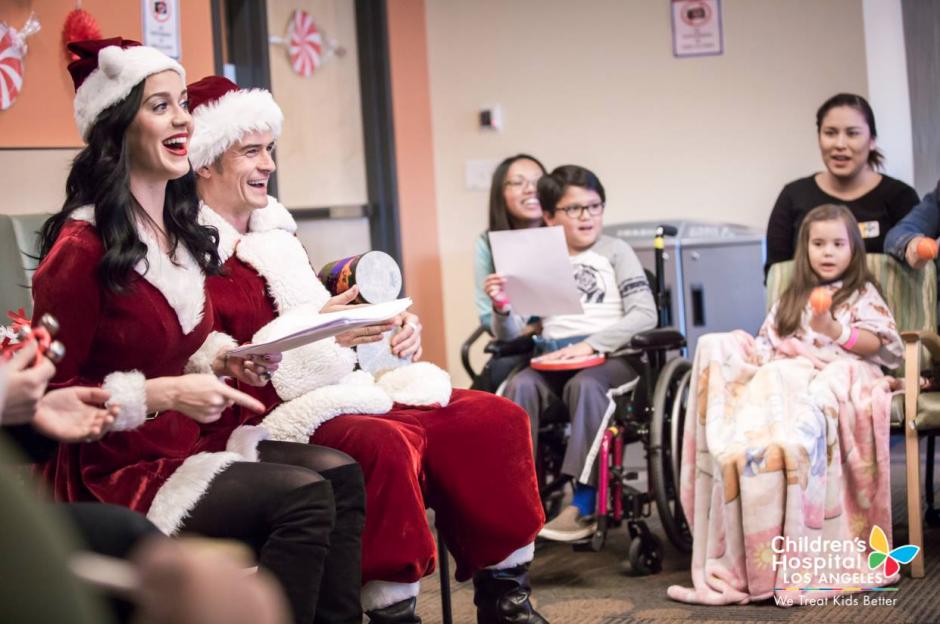 Vestidos para la celebración Katy Perry y Orlando Bloom cantaron y compartieron junto a los pacientes. (Foto: Facebook/Children's Hospital Los Angeles)