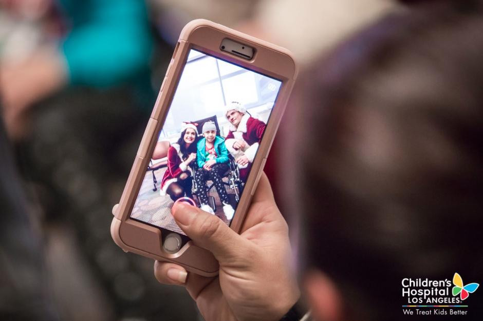 Los pacientes tuvieron la oportunidad de obtener fotografías junto a los famosos. (Foto: Facebook/Children's Hospital Los Angeles)