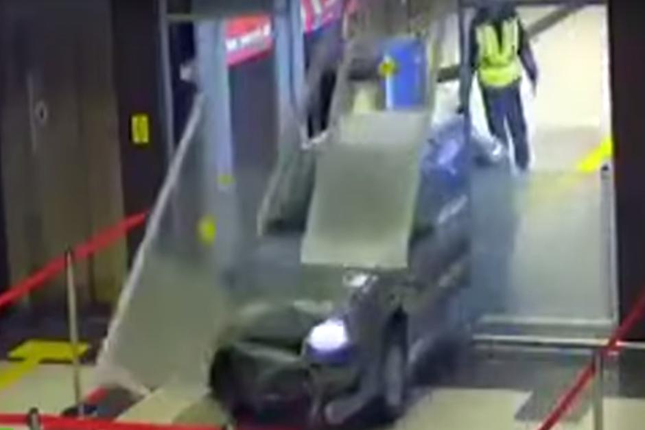 El vehículo rompe la puerta de cristal de ingreso a la terminal aérea. (Imagen: captura de YouTube)