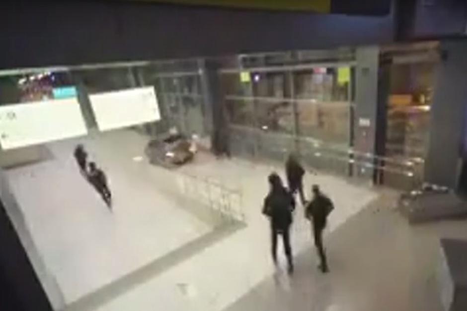 Los policías del lugar corrieron tras el conductor por toda la terminal aérea. (Imagen: captura de YouTube)