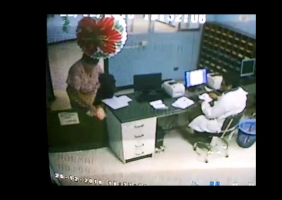 Las cámaras de seguridad captaron el momento en que intentan robar insumos. (Foto: Facebook/Director del Hospital General)