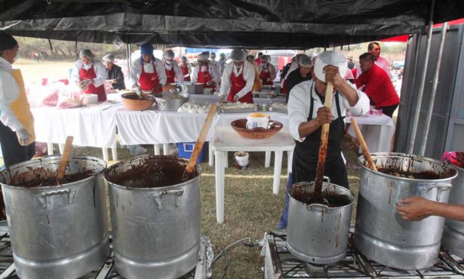 Fueron dos mil platos de mole los que se sirvieron. (Foto: La Prensa Gráfica)