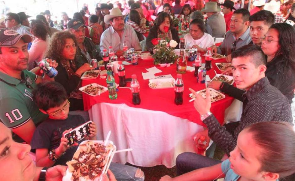 En medio de extraños celebraron los XV años de Rubí. (Foto: La Prensa Gráfica)