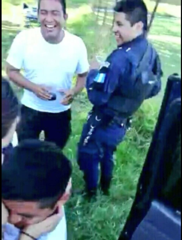 La mujer se acerca al policía durante el baile nudista. (Foto: Captura de pantalla)