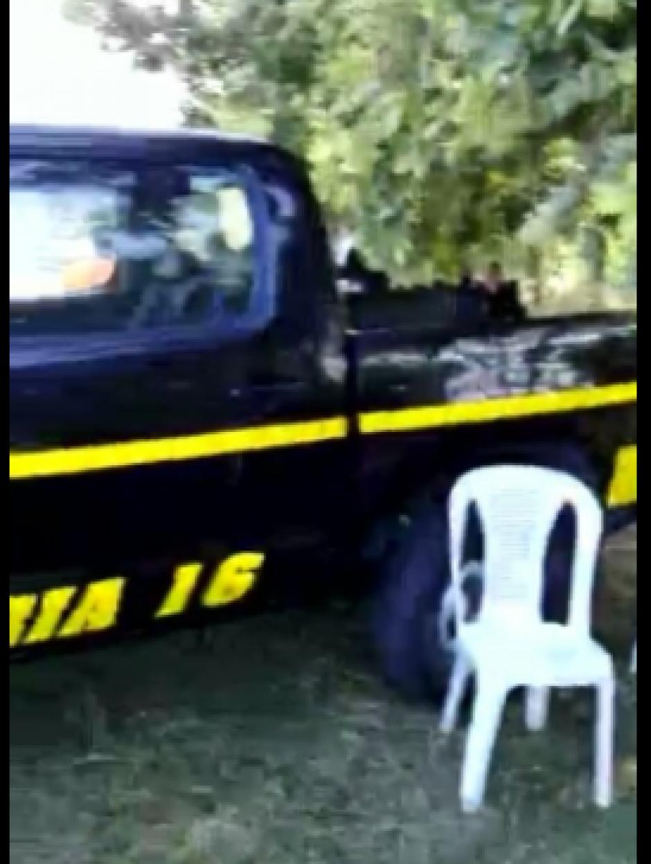 Para asistir al show nudista se utilizó una autopatrulla de la Comisaría 16. (Foto: captura de pantalla)