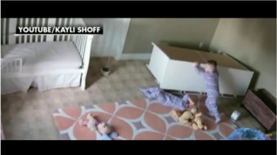 Finalmente, Brock logra zafarse del mueble con la ayuda de su hermano. (Captura Youtube)