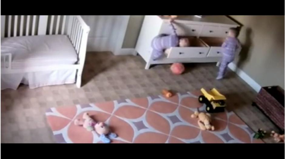 Los gemelos jugaban en su habitación cuando sucedió el accidente. (Captura Youtube)