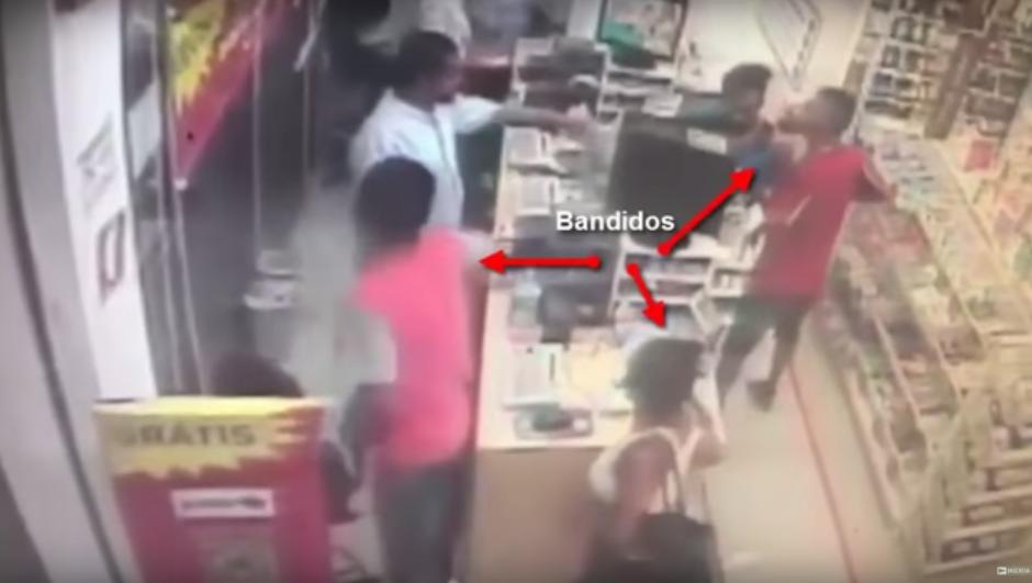 Momento en que los tres delincuentes entran a la farmacia. (Imagen: captura de YouTube)