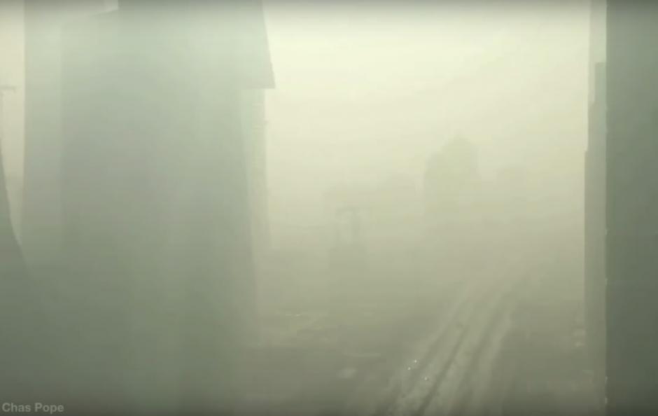 En término de 20 minutos, la ciudad queda sumergida en una tenebrosa nube de humo. (Imagen: captura de YouTube)