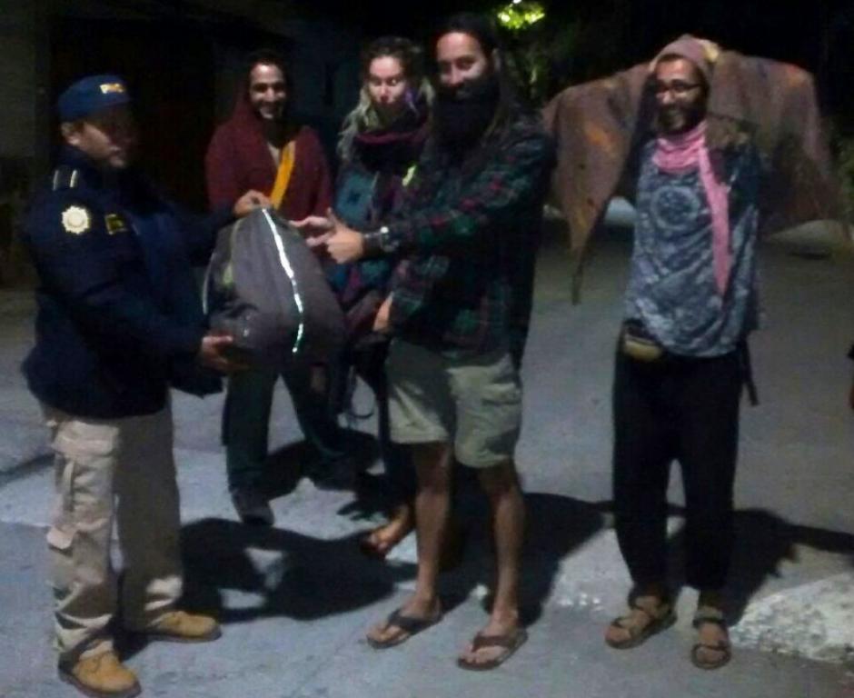 Los agentes de la Policía Nacional Civil (PNC) recuperaron varios artículos de valor de los turistas. (Foto: PNC)