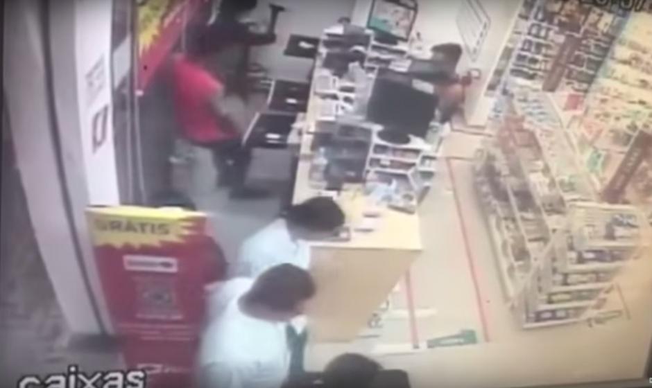 Uno de los delincuentes cayó al piso luego de sufrir el paro cardiaco. (Imagen: captura de YouTube)