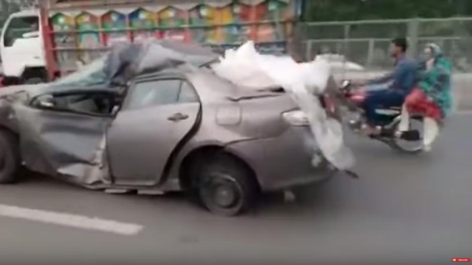 Aparentemente, el conductor se daba a la fuga de un accidente. (Imagen: captura de YouTube)