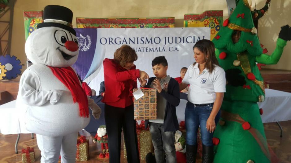 En la actividad participó la presidenta del Organismo, quien hizo entrega de los obsequios. (Foto: OJ)