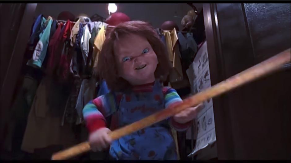 """A pesar del avance de la tecnología, """"Chucky"""" sigue siendo una amante de las armas clásicas. (Captura Youtube)"""