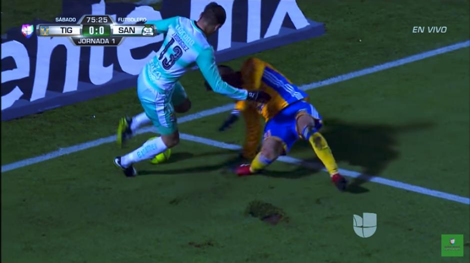 El jugador de Tigres buscaba ganar el balón. (Captura Youtube)