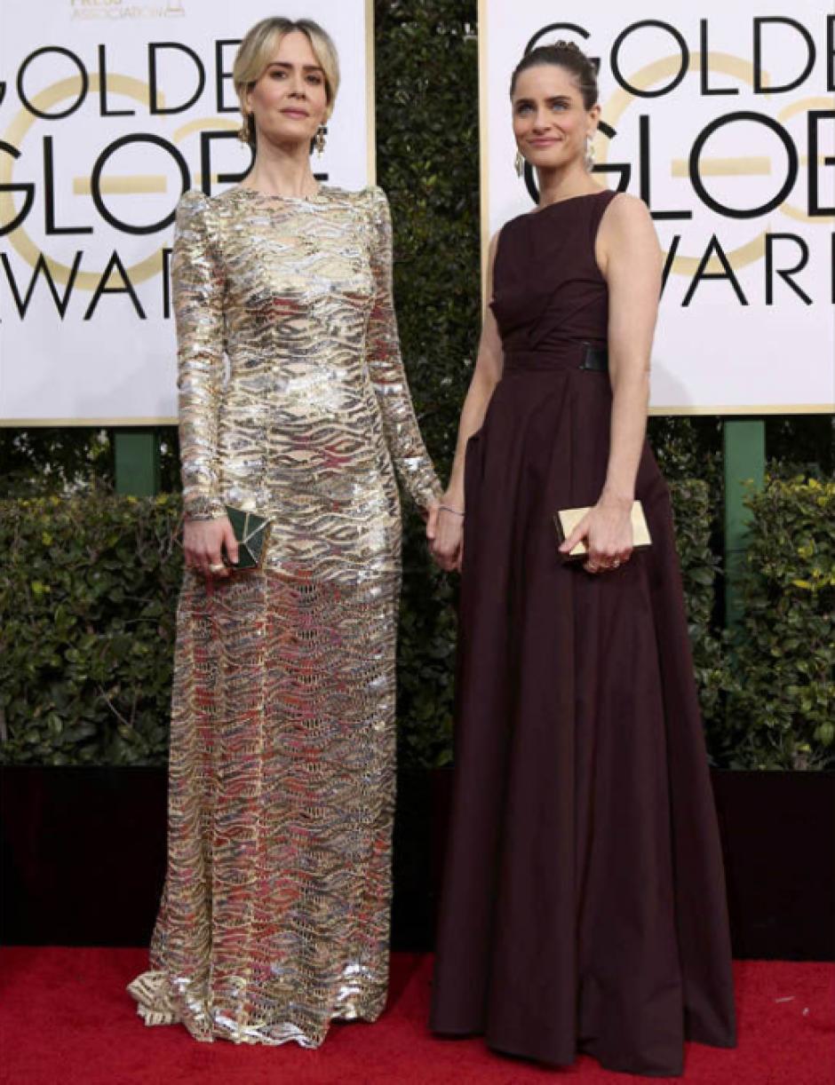 Las elegantes Sarah Paulson y Amanda Peet desbordaron su cariño en la alfombra. (Foto: Reuters)