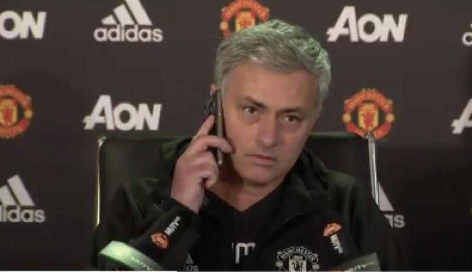 Mourinho celular reportero foto