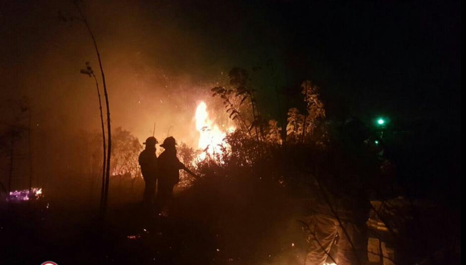 Los bomberos tratan de sofocar un incendio en la colonia Pavón. (Foto: Bomberos Municipales Departamentales)