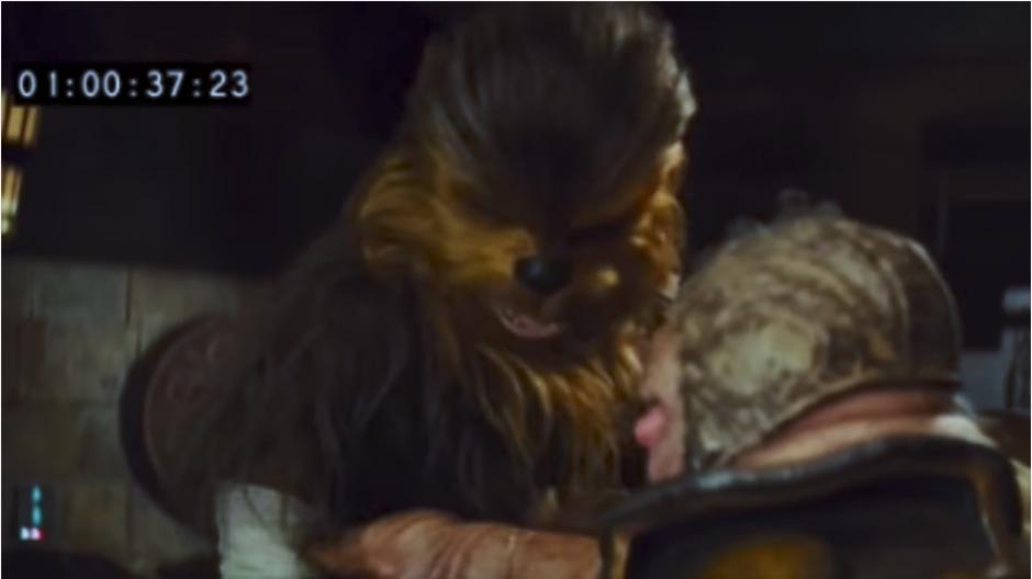 Chewbacca arranca el brazo de Unkar Plutt. (Captura Youtube)