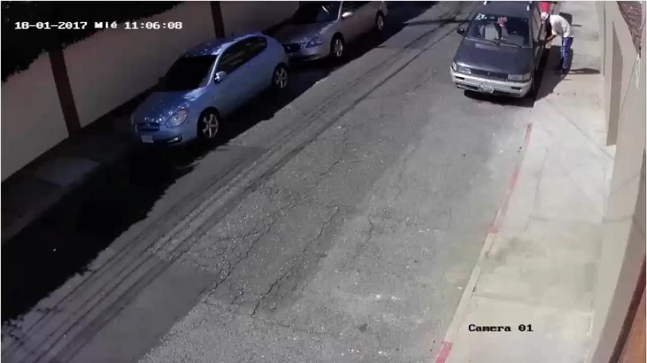 El auto se encontraba frente a la oficina del dueño en la zona 10. (Foto: Captura YouTube)