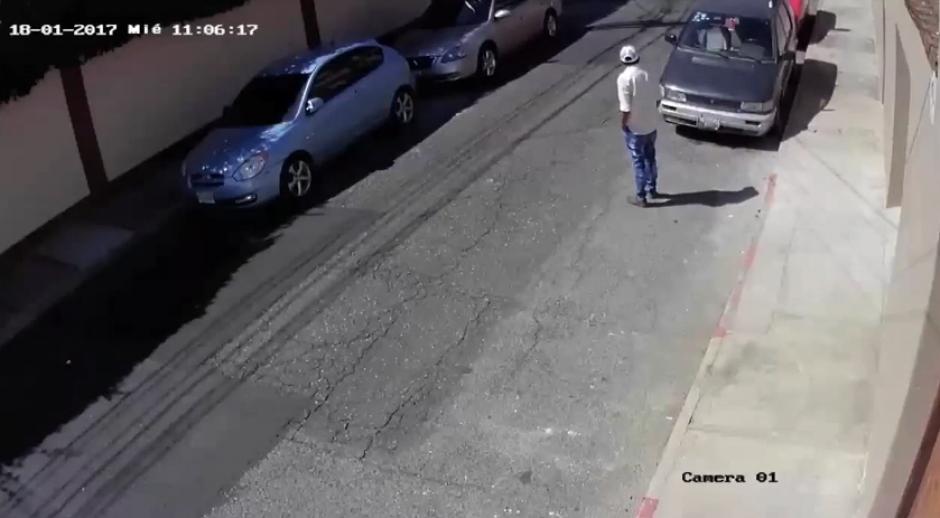 El ladrón vigila varias veces antes de forzar la chapa del auto. (Foto: Captura YouTube)
