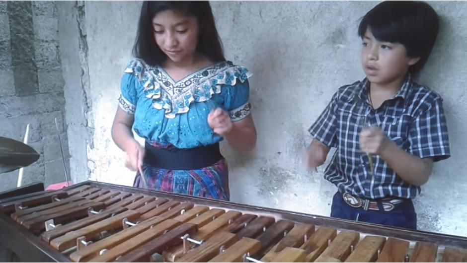 """Los pequeños interpretan con gran ritmo """"Yo quiero chupar"""" de los Súper Lamas. (Captura YouTube)"""