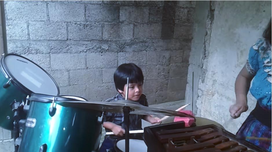 El pequeño en la batería tiene una gran habilidad musical. (Captura YouTube)