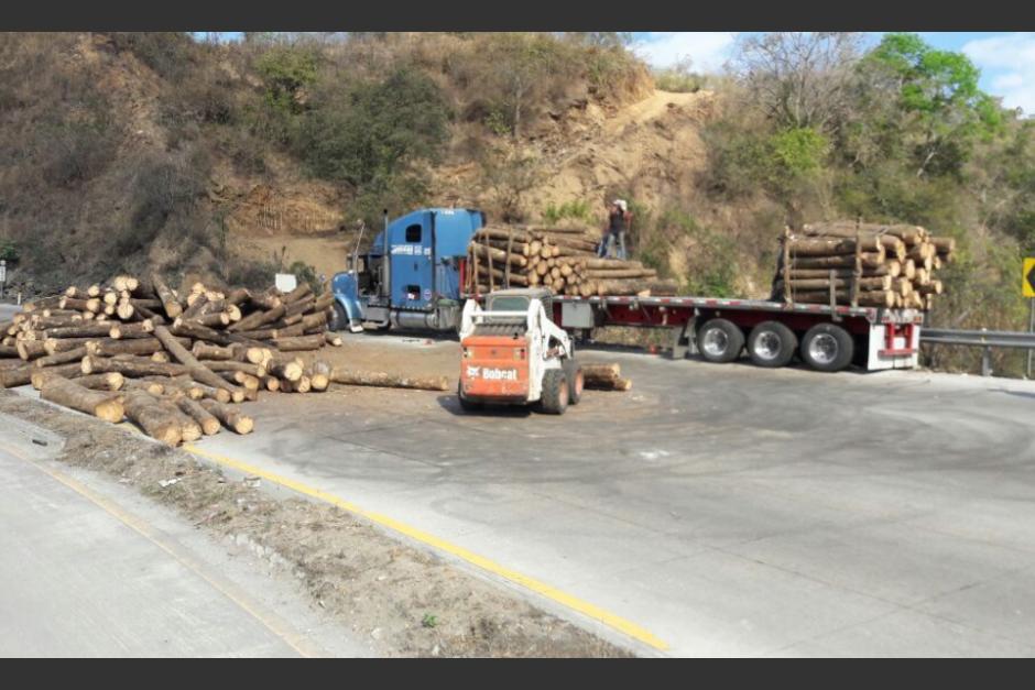 Un camión que transportaba troncos volcó en el kilómetro 35 de la ruta al Atlántico. (Foto: Provial/TránsitoPNC)