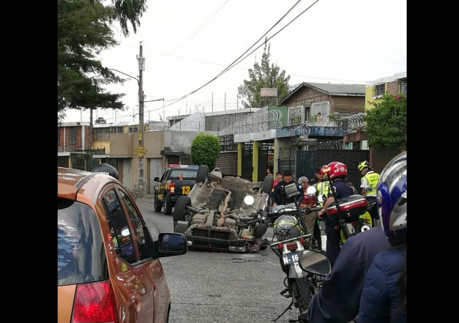 Un conductor abandonó su auto luego de volcarlo. (Foto: Twitter)