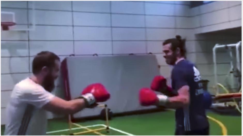 El preparador físico y Gareth Bale se divierten practicando boxeo. (Captura Youtube)
