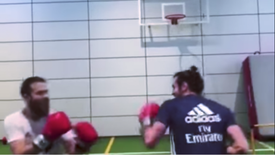 De pronto, la práctica se convierte en un combate. (Captura Youtube)