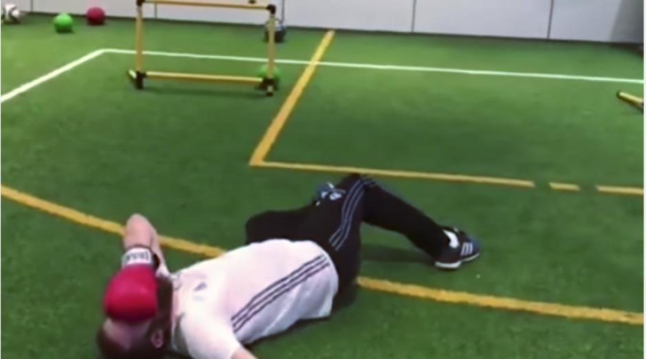 El preparador físico queda tendido sobre el suelo. (Captura Youtube)
