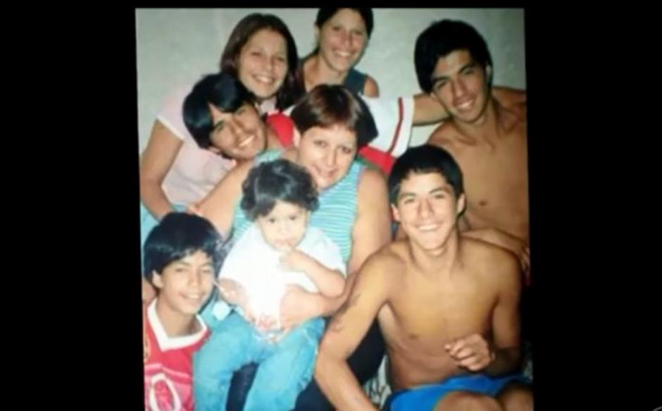 Luis Suárez junto a la familia, sus hermanos y su madre. (Foto: Globoesporte / GDA)