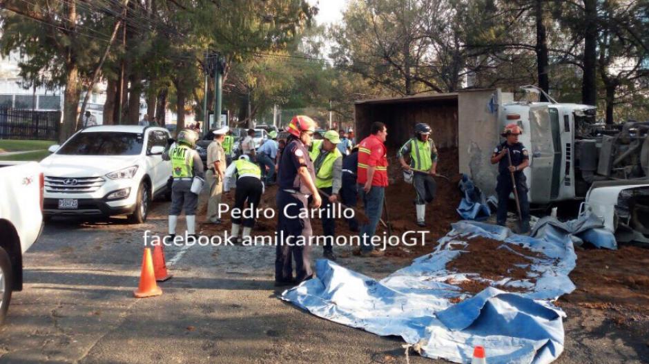 El camión quedó en un lado del arriate y el tanque de combustible del otro. (Foto: Amilcar Montejo/Twitter)