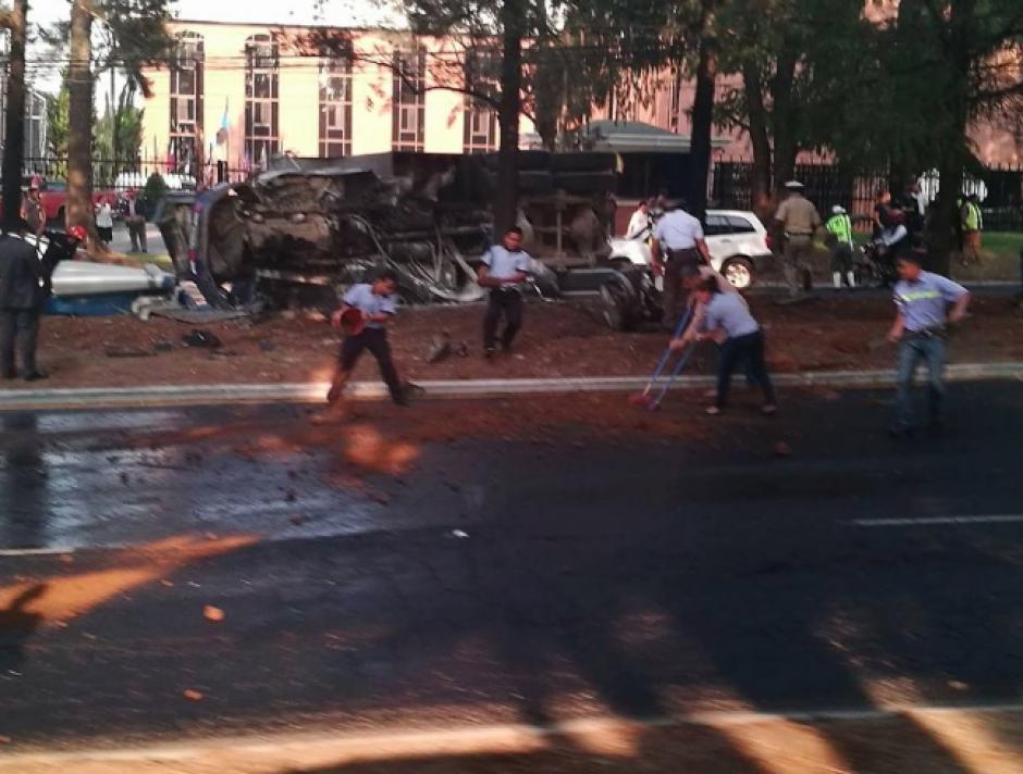 La gasolina derramada causa complicaciones en el tráfico. (Foto: Amilcar Montejo/Twitter)