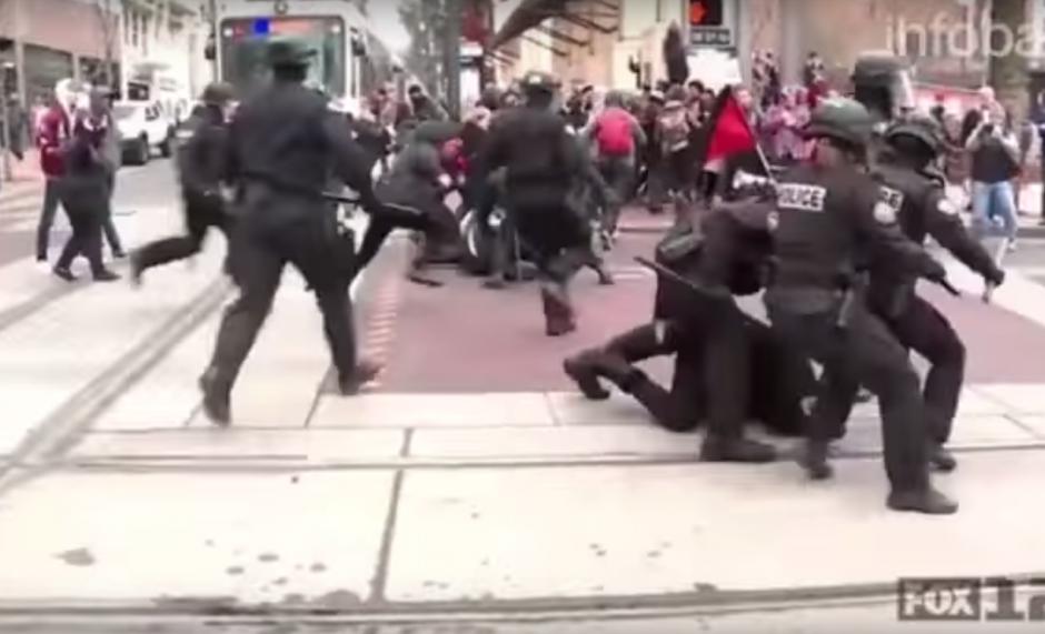 Casi de inmediato, un contingente de la policía llegó al lugar para despejar la calle. (Imagen: captura de YouTube)