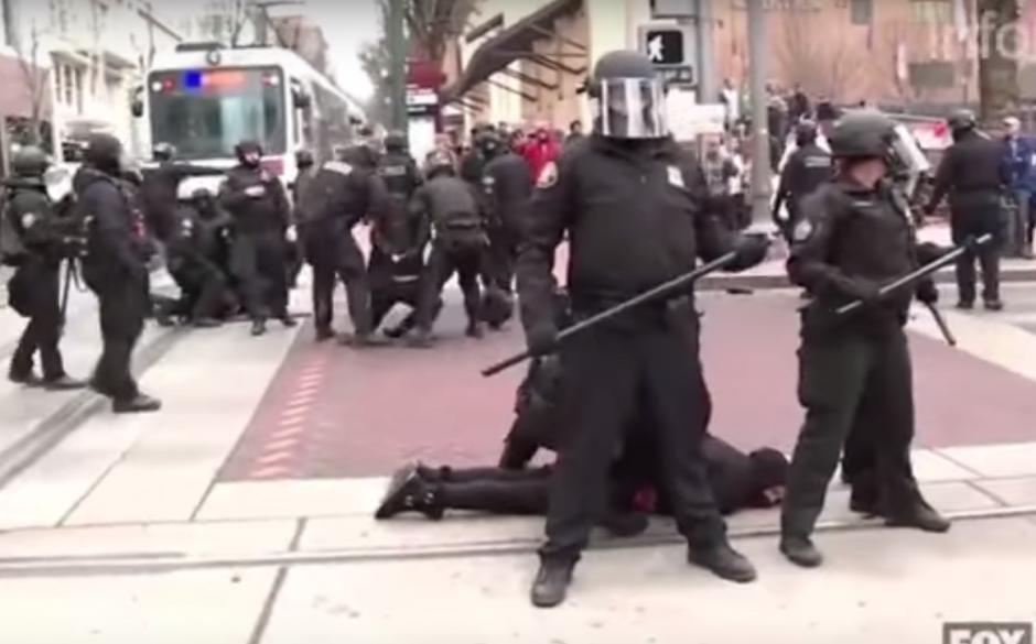 En menos de 30 segundos, los policías despejaron la calle y capturaron a 14 personas. (Imagen: captura de YouTube)