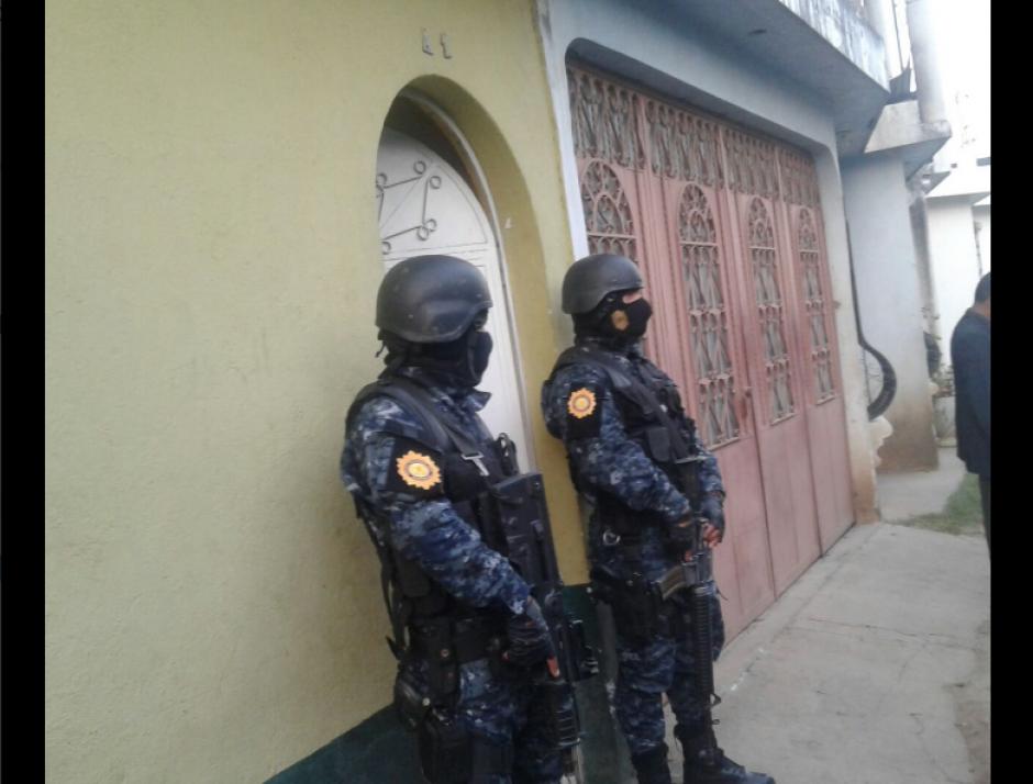 El comando antisecuestros de la PNC logra ingresar a la vivienda. (Foto: PNC)