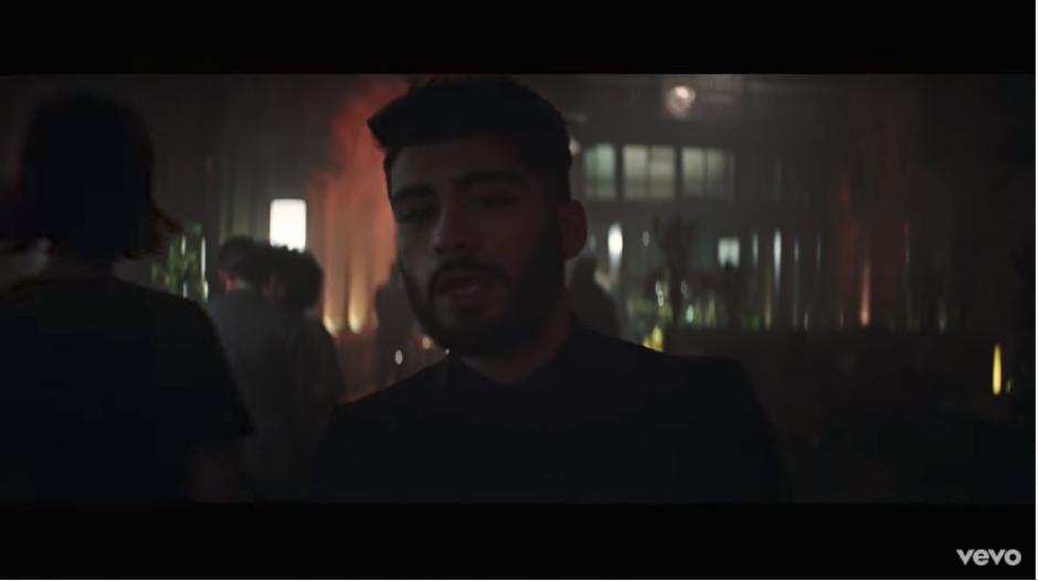 La pareja musical también actúa dentro del clip. (Captura Youtube)