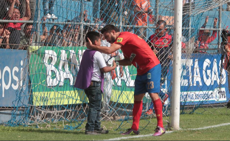 Con un abrazo, Kamiani y David festejaron el primer gol de Municipal. (Foto: Luis Barrios/Soy502)