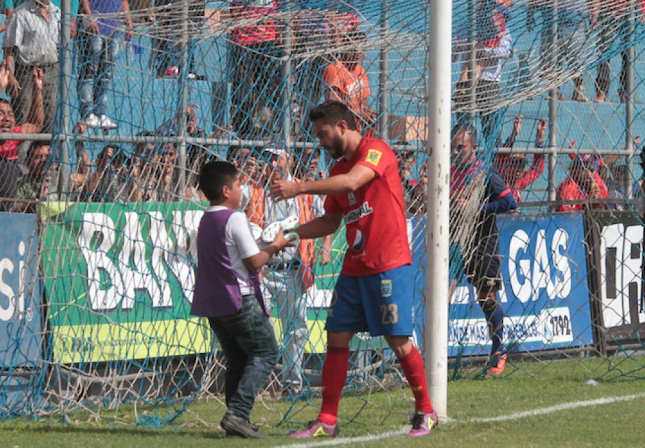 Carlos Kamiani Félix se acercó a David y le regaló sus zapatos de fútbol. (Foto: Luis Barrios/Soy502)