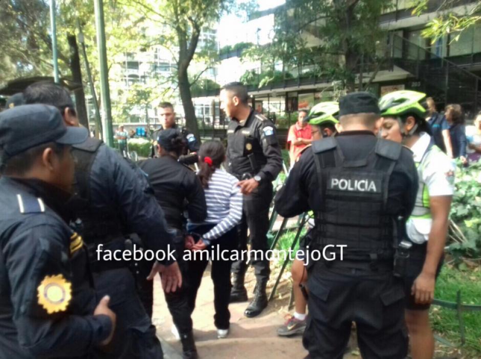 La mujer fue trasladada a Tribunales por agresión a menores y la autoridad. (Foto: Amilcar Montejo/PMT)