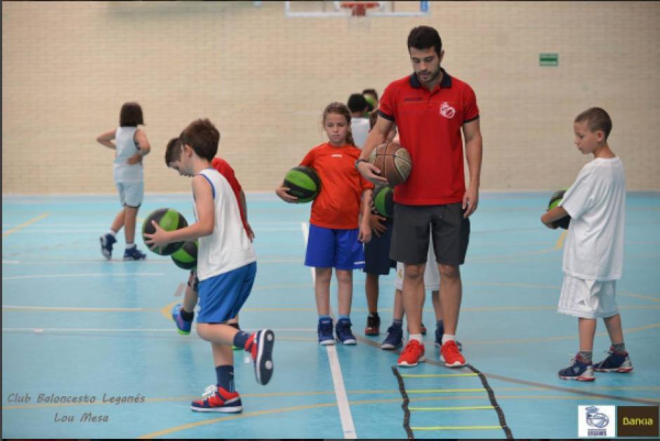 Es instructor de baloncesto en su ciudad natal. (Instagram Diego Dávila)