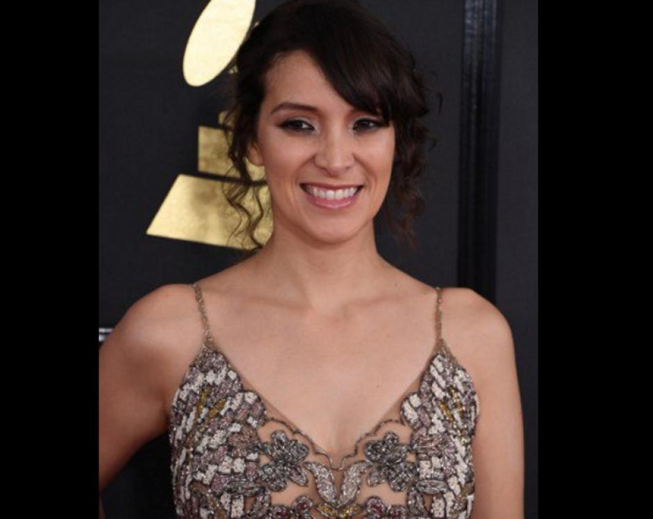 Con una gran sonrisa desfiló Gaby Moreno en la cita de los Grammys. (Foto: AFP)
