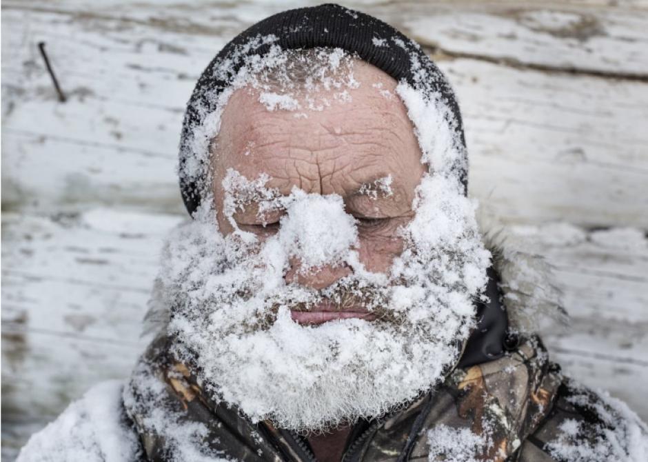 Una foto que muestra a un hombre con nieve en el rostro fue también ganadora. (Foto: Elena Anosova/AP)