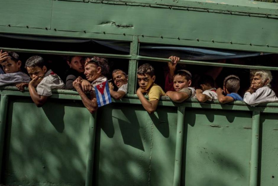 Ciudadanos cubanos luego de participar en el funeral de Fidel Castro en Cuba. (Foto: Tomás Munita/New York TImes)